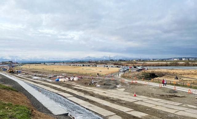 富山県護國神社の蚤の市開催時の神通川河川敷駐車場