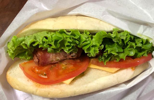富山大学五福キャンパス目の前のパン屋さん「とやぱん」のBLT(ベーコンレタストマト)