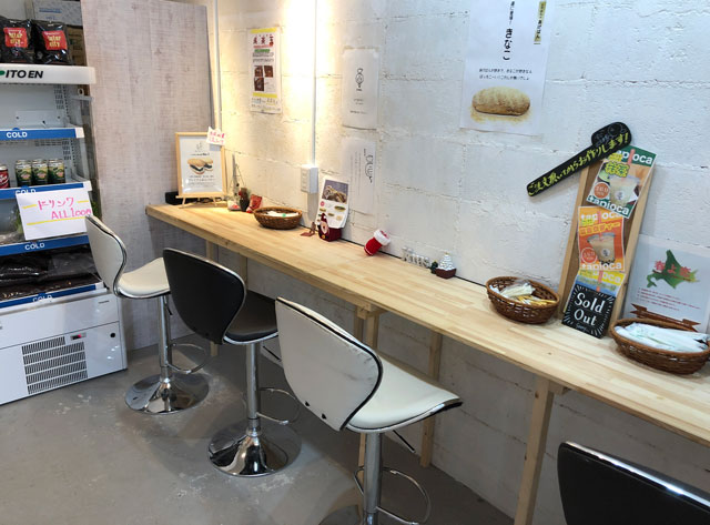 富山大学五福キャンパス目の前のパン屋さん「とやぱん」の店内イートインスペース