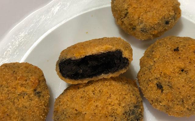 UHA味覚糖の高岡 コロッケのまんま 富山ブラック味のスナックの中身