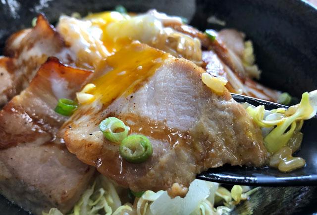 富山大学五福キャンパス周辺の飲食店「黄金の豚」の炙りチャーシュー丼のチャーシュー