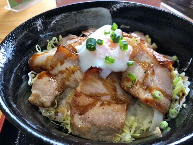 富山大学五福キャンパス周辺の飲食店「黄金の豚」の炙りチャーシュー丼