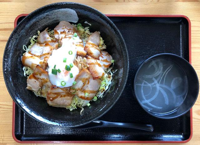 富山大学五福キャンパス周辺の飲食店「黄金の豚」の炙りチャーシュー丼につくスープ