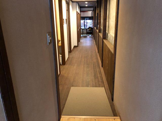 おわら風の盆で有名な越中八尾の宿泊施設「越中八尾ベースOYATSU」の廊下