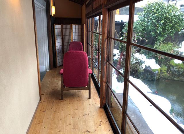 おわら風の盆で有名な越中八尾の宿泊施設「越中八尾ベースOYATSU」の縁側の椅子
