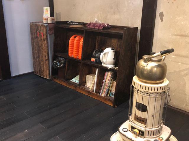 おわら風の盆で有名な越中八尾の宿泊施設「越中八尾ベースOYATSU」のストーブやお茶