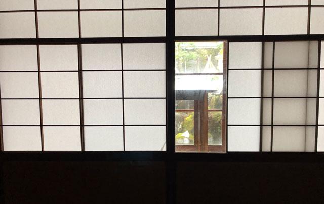 おわら風の盆で有名な越中八尾の宿泊施設「越中八尾ベースOYATSU」の雪見障子