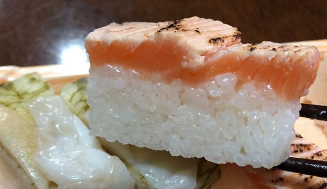 「おわら風の盆」の越中八尾町にあるます寿司店「寿司一(すしいち)」の炙りますのすしアップ