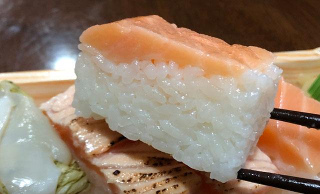 「おわら風の盆」の越中八尾町にあるます寿司店「寿司一(すしいち)」の厚身のますのすしアップ