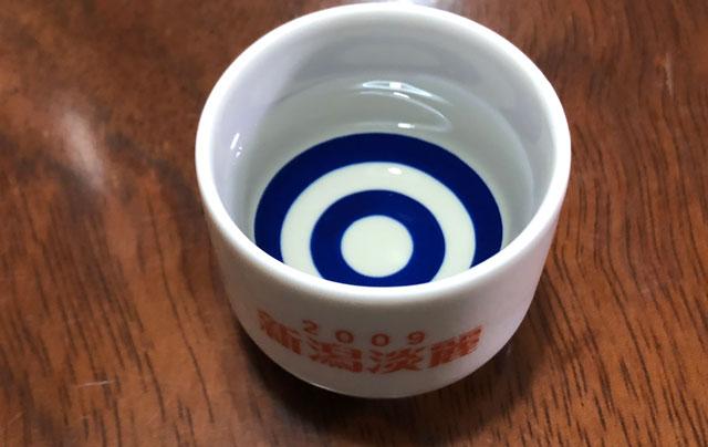 越中八尾の酒蔵「玉旭酒造」の珍しい酒母搾りの日本酒「ECHOES(エコーズ)」の色と透明度2