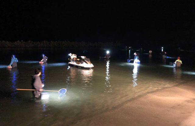 岩瀬浜のホタルイカすくいのボート