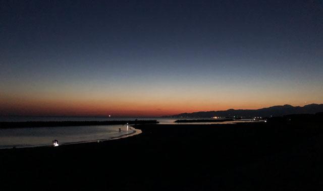 富山市四方八重津浜海水浴場でホタルイカを捕ったあとの夜明け
