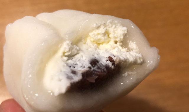 富山市平吹町の和菓子屋「清進堂」のいちご大福の餡子と生クリーム