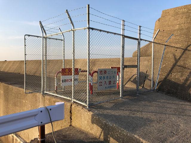 富山新港の東堤防の完全立ち入り禁止のバリケードフェンス(横から)