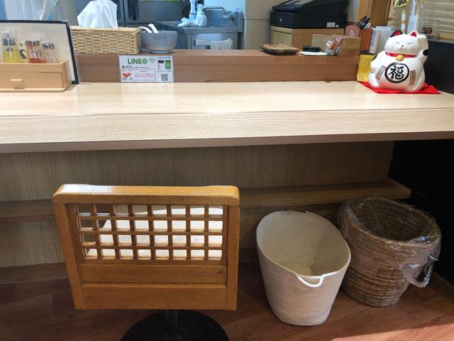 中華そば つぼみの店内のカウンター席の荷物置き