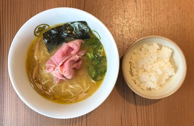 富山市丸の内のラーメン店「中華そば つぼみ」の鶏白湯中華そばとご飯