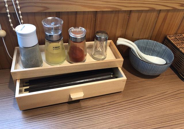 富山市丸の内の「中華そば つぼみ」の箸と薬味
