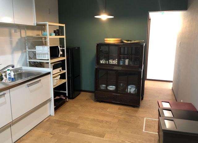 新湊内川エリアの民泊ゲストハウス「内川の家 奈呉」の1階のキッチン設備