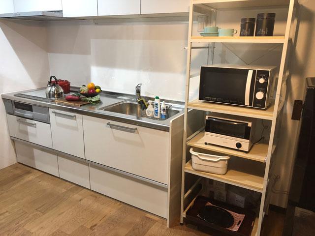 新湊内川エリアの民泊ゲストハウス「内川の家 奈呉」の1階のキッチン