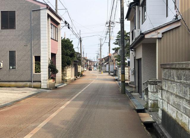 新湊内川エリアの民泊ゲストハウス「内川の家 奈呉」の前の通り1