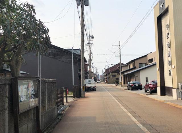 新湊内川エリアの民泊ゲストハウス「内川の家 奈呉」の前の通り2