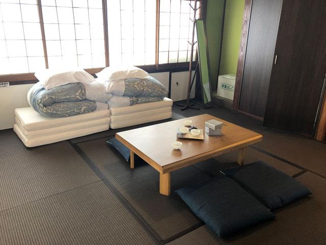 新湊内川エリアの民泊ゲストハウス「内川の家 奈呉」の2階の客室「月の間」1