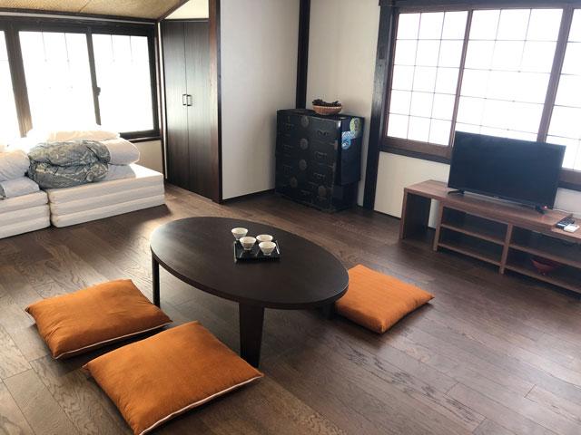 新湊内川エリアの民泊ゲストハウス「内川の家 奈呉」の2階の客室「雪の間」1
