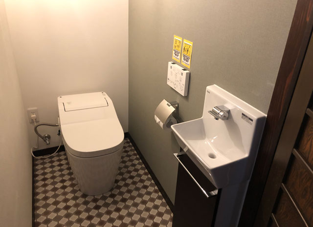 新湊内川エリアの民泊ゲストハウス「内川の家 奈呉」の1階のトイレ