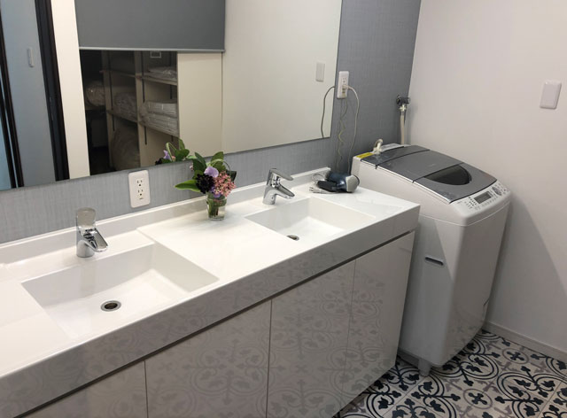 新湊内川エリアの民泊ゲストハウス「内川の家 奈呉」の1階の洗濯機と洗面所