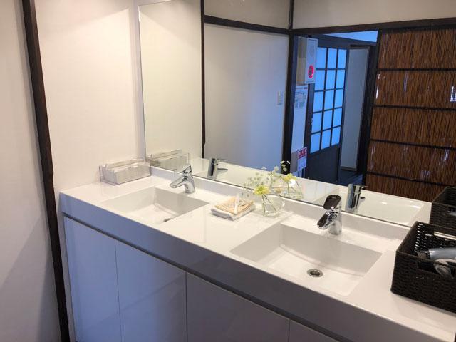 新湊内川エリアの民泊ゲストハウス「内川の家 奈呉」の2階の洗面所