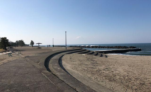 八重津浜のコンクリートと砂浜