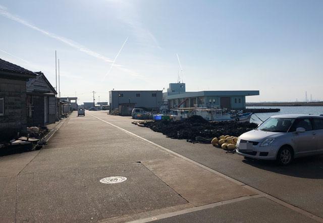 四方漁港の前の通り