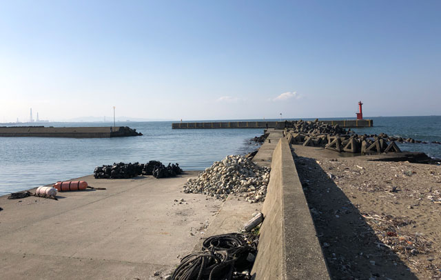 四方漁港の堤防