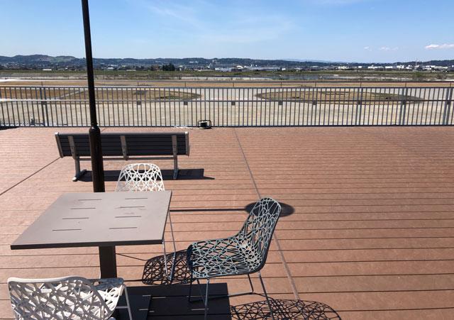 富山きときと空港の新しくなった展望デッキの椅子と机