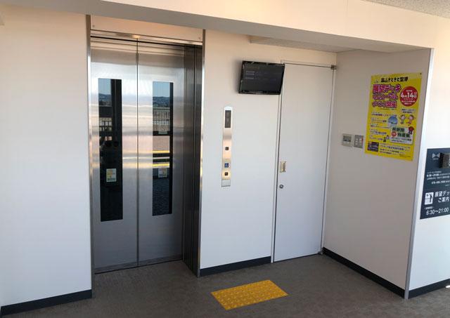 富山空港の新しい展望デッキのエレベーターホール