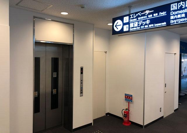 富山きときと空港の新しくなった展望デッキへ行きのエレベーター