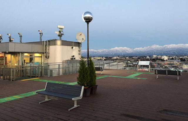 富山きときと空港の新しくなった展望デッキの夕方の様子