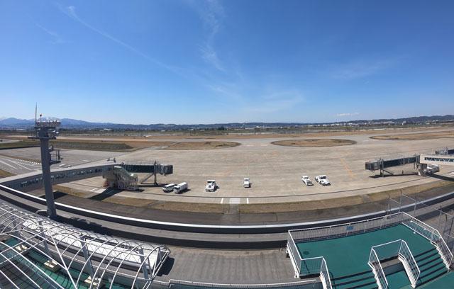 富山きときと空港の新しくなった展望デッキから見る飛行機の滑走路