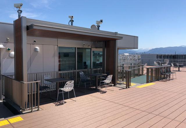 富山きときと空港の新しくなった展望デッキの屋根付きの椅子&机