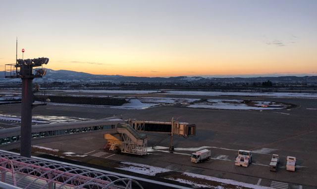 富山きときと空港の新しくなった展望デッキから見る夕方の滑走路