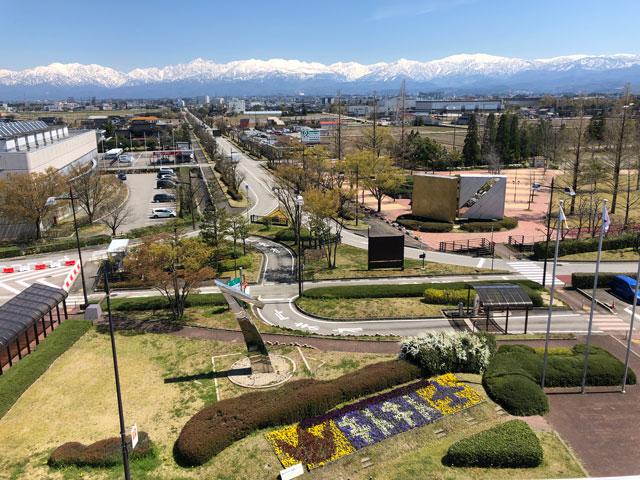 富山きときと空港の新しくなった展望デッキから見る空港前広場