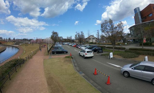 富山市富岩運河環水公園の駐車場の混雑