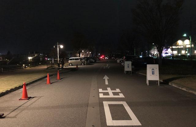 富山市富岩運河環水公園の夜の駐車場の混雑