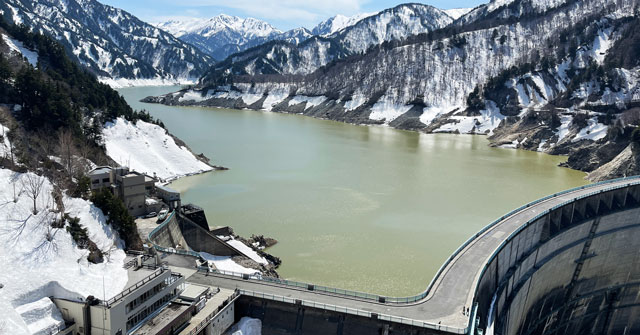 春で観光放水がない立山黒部アルペンルート「黒部ダム」
