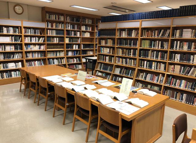 高岡市万葉歴史館の地下図書室の令和の典拠「万葉集」コーナー