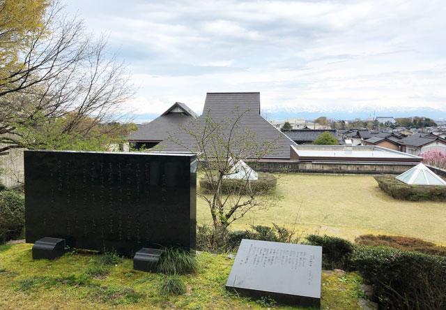 伏木にある高岡市万葉歴史館の屋上自然庭園の大きな歌碑