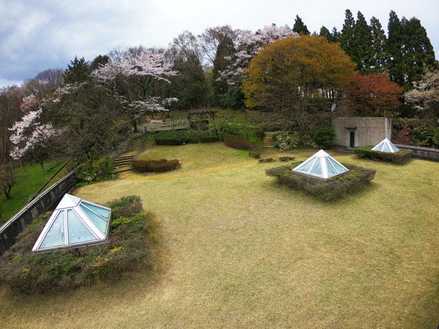 伏木にある高岡市万葉歴史館の屋上自然庭園