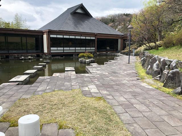 伏木にある高岡市万葉歴史館の四季の庭