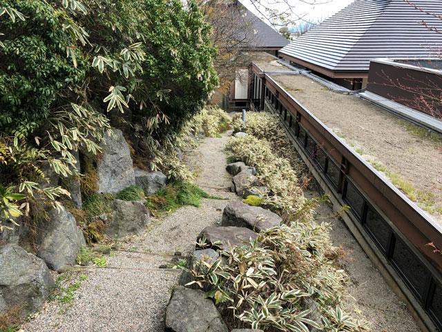 伏木にある高岡市万葉歴史館の四季の庭の小道