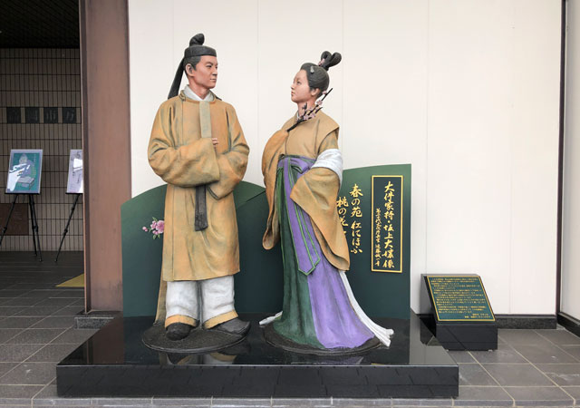 伏木にある高岡市万葉歴史館の入口前にある大伴家持像